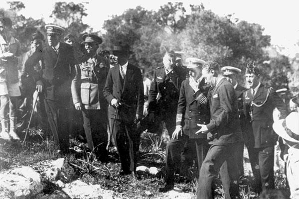 Imagen de la visita de Alfonso XIII a la necrópolis de Puig des Molins en 1929.