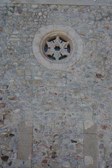 Imagen de la entrada tapiada de la Capilla del Salvador y su rosetón.